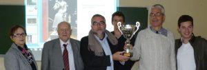 Xavier Judde de Larivière présente la coupe remise par la SMLH à la classe de 1ère 1